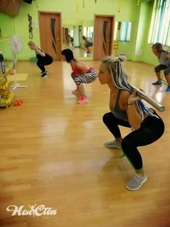 Приседания с бодибаром во время круговой тренировки в витебском фитнес клубе Нон-стоп