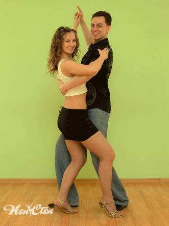 Девушка и парень танцуют латиноамериканские танцы в Витебске в фитнес клубе Нон-стоп