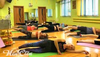 Фото группы женщин выполняющих упражнение их пилатеса лежа на боку