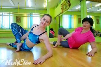 Инструктор по пилатесу Надежда Бондарева и ее клиентка занимаются пилатесом для похудения в фитнес клубе Нон-стоп в Витебске