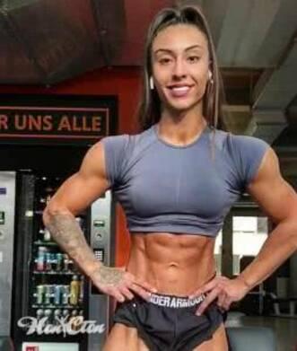 Фото девушки с большими мышцами после неправильной силовой тренировки