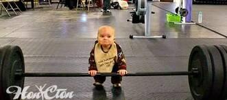 Фото малыша в тренажерном зале, силовая тренировка