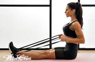 Фото девушки на силовой тренировке в спортзале