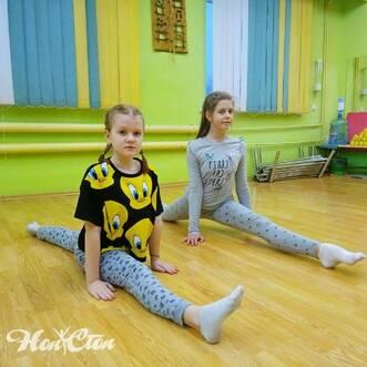 Девочки занимаются фитнесом в клубе Нон-стоп в Витебске со скидкой для ребенка