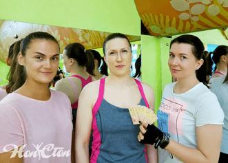 Две подруги купили абонементы на фитнес со скидкой для друзей в фитнес клубе Нон-стоп в Витебске