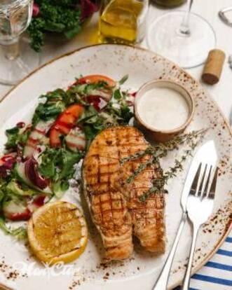 Фото тарелки с запеченым лососем и салата с редисом