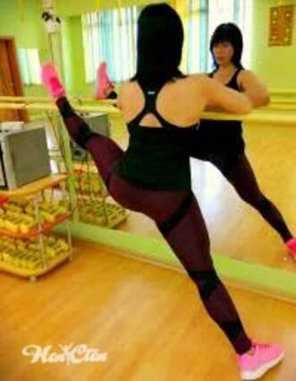 Фото девушек на занятии по растяжке мышц в поперечном шпагате на станке
