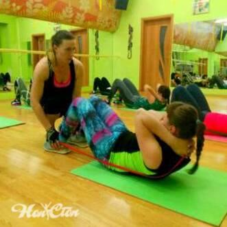 Фото двух девушек на тренировке табата в фитнес клубе Нон-стоп в Витебске