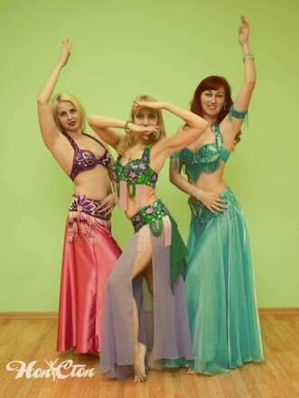 Три девушки в восточных образах занимаются танцами для взрослых в фитнес клубе Нон-стоп в Витебске