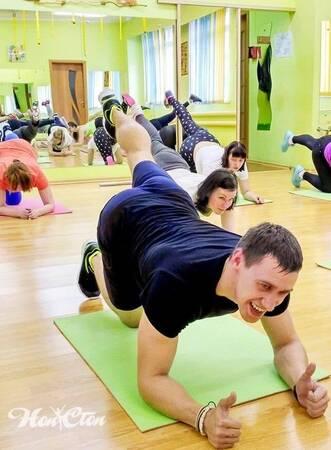 Сергей Рачицкий стоит в планке на локтях в витебском фитнес клубе Нон-стоп