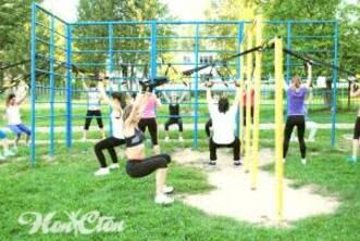 Тренировки на улице в Витебске на спортивной площадке