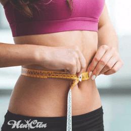 Девушка в спортивном топике измеряет талию чтобы начать худеть, фитнес клуб Нон-стоп, Витебск