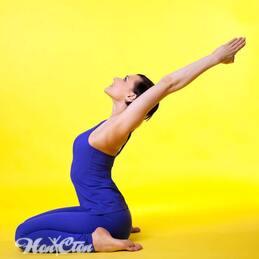 Девушка в синем костюме занимается пилатесом для похудения