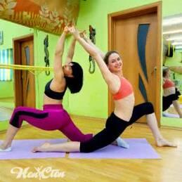 Фото двух девушек выполняющих растяжку