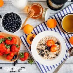 Фото завтрака состоящего из овсяной каши и ягод