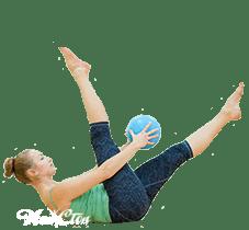 Тренер по пилатесу в Витебске выполняет упражнение с мячом