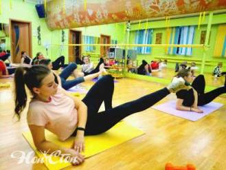 Группа девушек занимается аэробикой для похудения в Витебске в фитнес клубе Нон-стоп