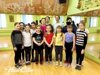 Групповое фото с детской группы по зумбе с тренером Аленой Пуховой в витебском фитнес клубе Нон-стоп