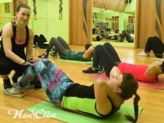 Клиентка фитнес клуба Нон-стоп в Витебске качает пресс