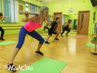 Девушки выполняют упражнение на мышцы ног под руководством тренера по женскому фитнесу клуба Нон-стоп - Сергея Рачицкого