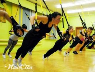Фото девушек выполняющих упражнение на петлях TRX