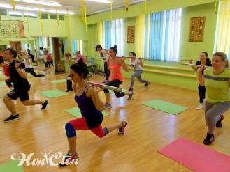 Девушки выполняют выпады под руководством тренера по женскому фитнесу клуба Нон-стоп - Сергея Рачицкого