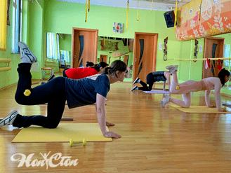 """Девушки занимаются на групповой силовой тренировке по программе """"Силуэт"""" в витебском фитнес клубе Нон-стоп"""
