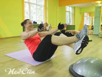 Инструктор Елена Федотова ведет занятия по аэробике в спортивном зале Нон-стоп на улице Кирова в Витебске