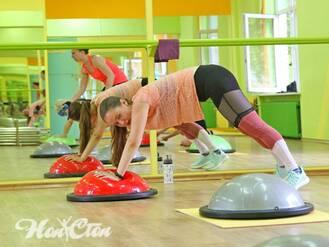 Тренировка фитнес программы Супер 8 на балансировочных платформах босу в витебском фитнес клубе Нон-стоп