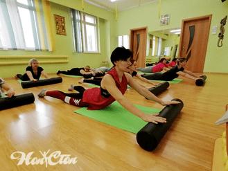 Славецкая Елена - тренер по пилатесу выполняет упражнения на руки с цилиндром в фитнес клубе Нон-стоп в Витебске