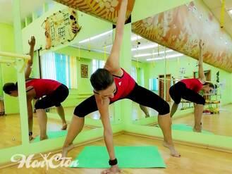 Тренер по йоге Анастасия Маркова выполняет асану