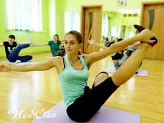 Тренер Маркова Настя выполняет упражнение из пилатеса, клуб Нон-стоп, Витебск