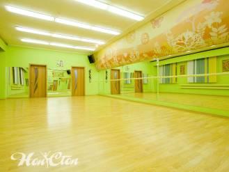 Просторный зал фитнес центра сети клубов Нон-стоп в Витебске