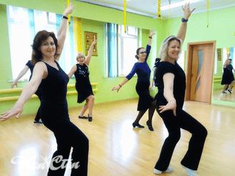 Девушки на уроках зумбы в фитнес клубе Нон-стоп в Витебске